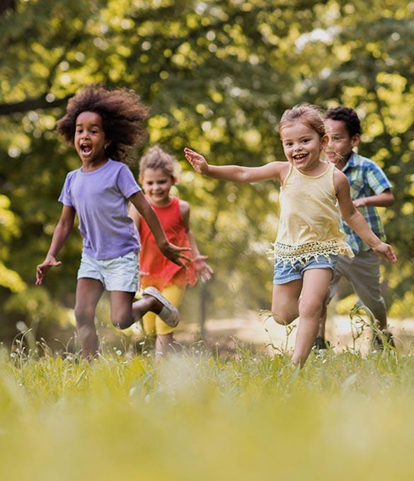 Barn springer och leker i parken