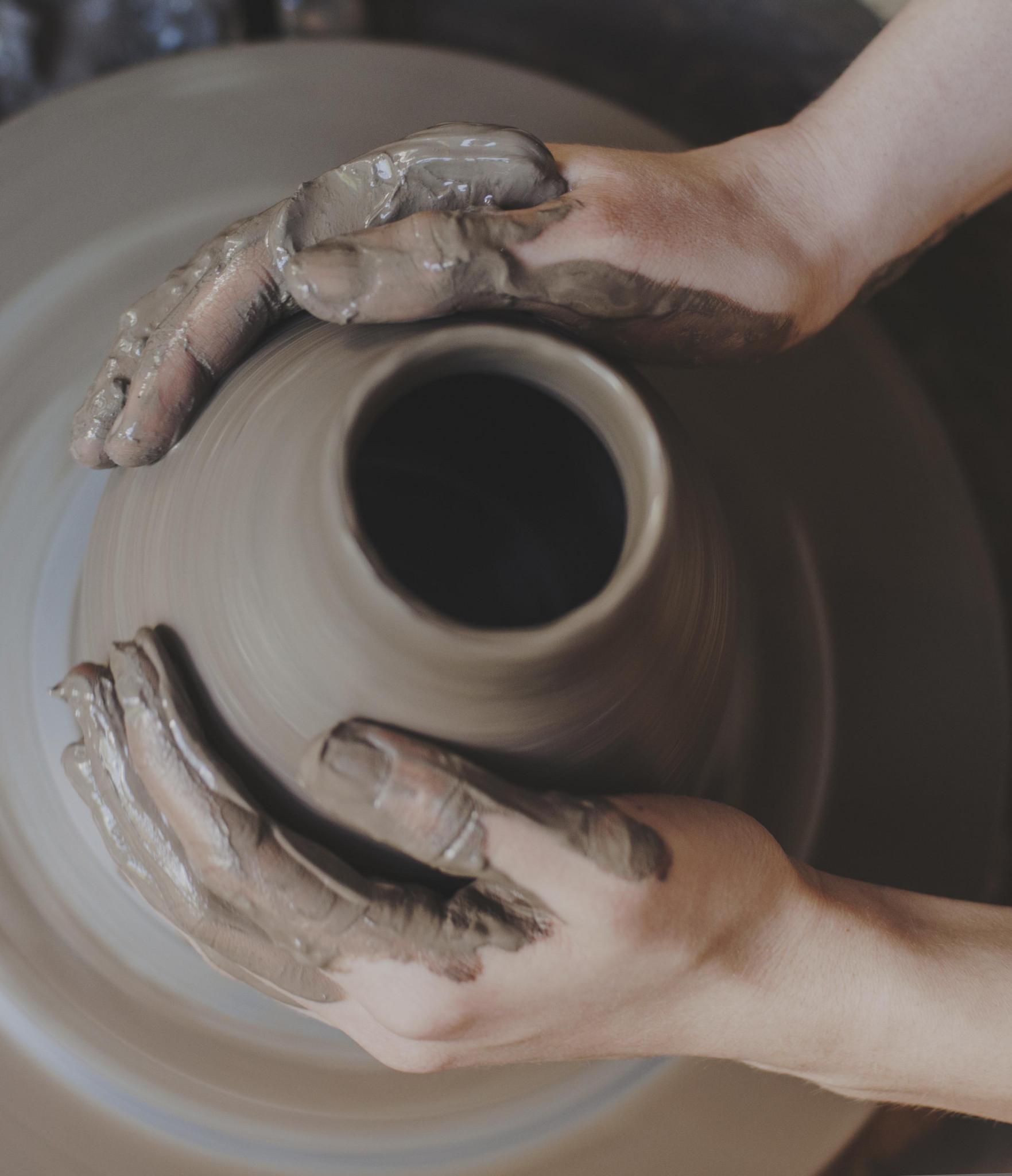 Händer som drejar en kruka
