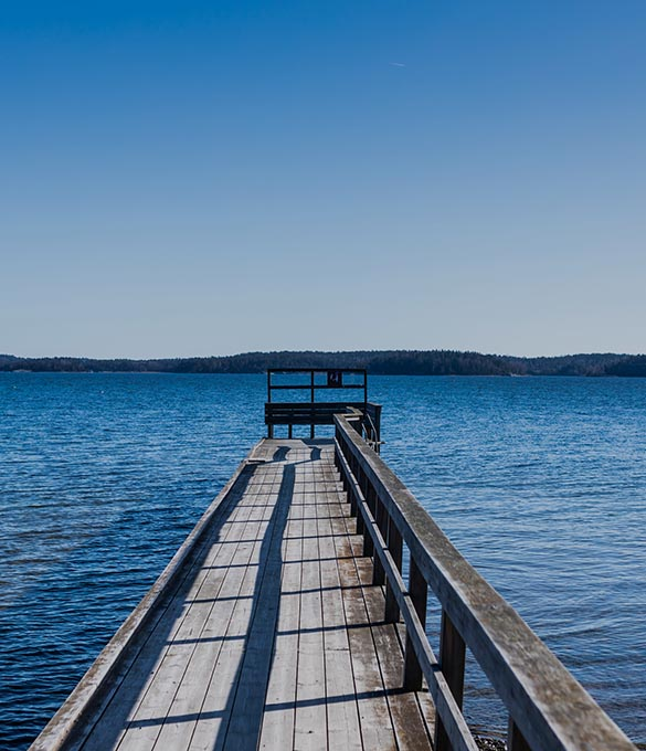 Lång brygga i en sjö
