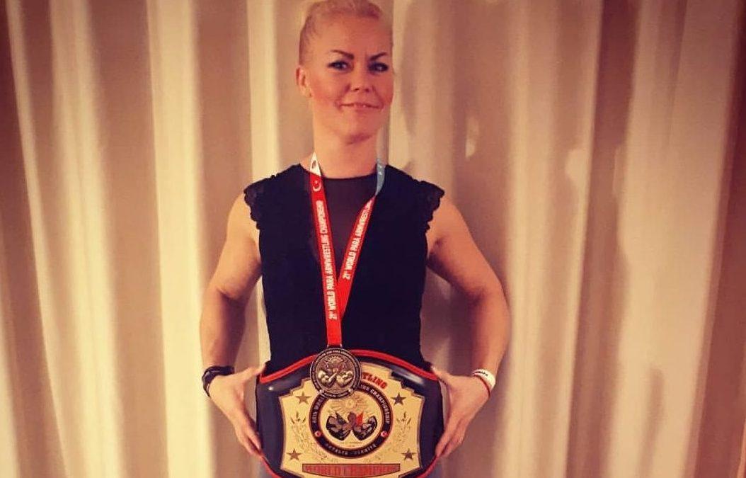Världsmästaren i armbrytning tränar i Tungelsta!